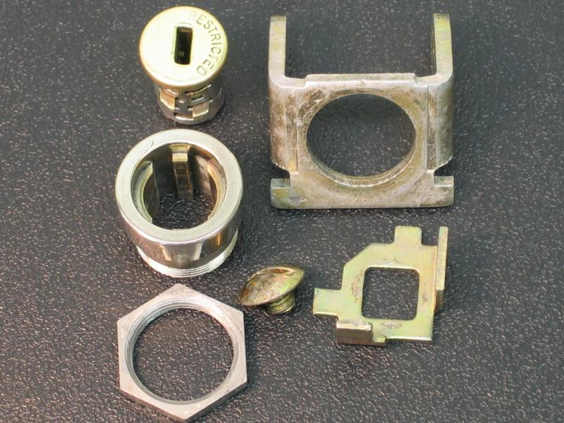 Common style of Duncan coin door lock parts. Fits a number of models.